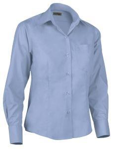 Camisa de mujer entallada celeste.