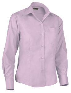 Camisa de mujer entallada rosa.