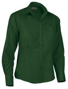 Camisa de mujer entallada verde.